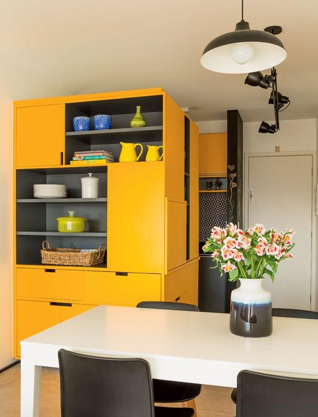 Móveis planejados: área de almoço com armários amarelos