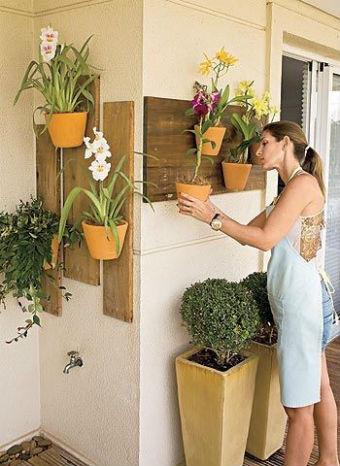 Mulher cuidando de orquídeas