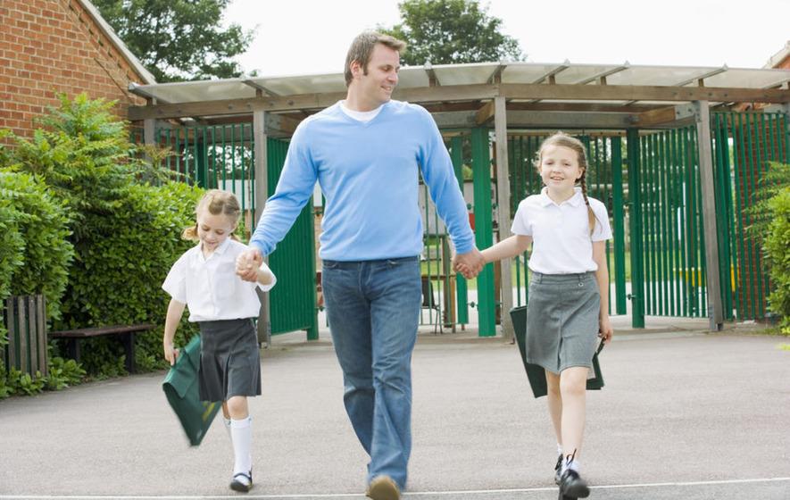 Escolas particulares SJC: pai com filhos