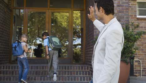 Escolas particulares SJC: pai dando adeus aos filhos