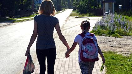 Escolas particulares SJC: mãe levando criança à escola