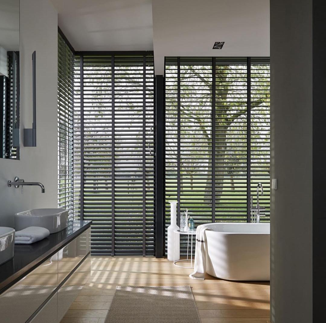 Cortina persiana: banheiro maravilhoso