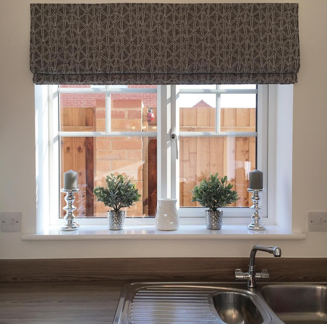 Cortina persiana: janela com vasos
