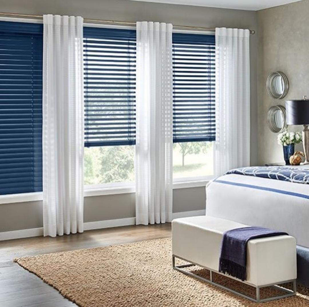 Cortina persiana: quarto azul