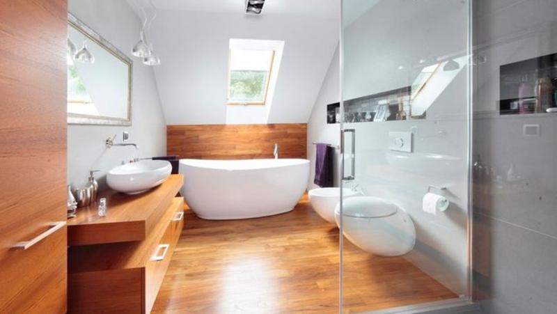 Piso para banheiro: madeira e branco