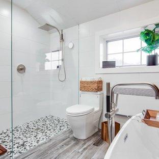 Piso para banheiro: madeira clara e pastilha